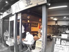 【成田山新勝寺近辺の門前町風景】  噂の『川豊(うなぎ屋)』。  ここのおもろいのは、職人らが鰻を捌いているのを参道から覗けるところ。嫌でも目につきます。年末は、大人気のお店と聞きました。