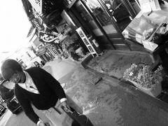 【成田山新勝寺近辺の門前町風景】  おばちゃんの、打水(うちみず)?