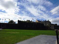 PM15:00 スターリング城  こちらのお城は、イングランド王 ジェームズ一世によって建てられたお城です。 しかし、中に入るのは別途料金がいると、この場で知り! しかも結構いいお値段がしたため…(^_^;)  中には入らず、出発時間までスターリングの街を散策することにしました。