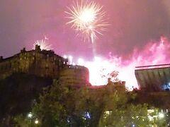 エジンバラ城で、夏の終わり(8月31日でした。)を告げる、花火大会が!!  部屋からばっちり観戦することができました(*^^)v  あそこまで近くで花火を見たの初めてのような?? 近すぎて若干怖いくらいでした(笑)  でも最高の想い出になったなぁ(*^_^*)  明日は、スコットランド最終日。  エディンバラでまだ見てない場所を中心に回りたいと思います!!  つづく…