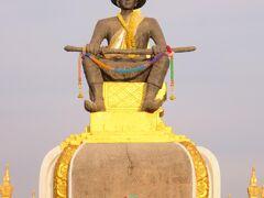 ホテルを出て35分ほどで到着。セタティラート王の像。1560年にラーンサーン王国の首都をルアンパバーンからビエンチャンに移した人物らしい。