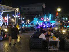 ホテル隣のナンプ広場。屋外レストランの客で賑わっている。