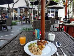 11月12日(木)、スマランの[Quest Hotel]の朝食。 6時半に1階のレストランに入るともう何人もの人がいました。となりにある小学校からは早くも生徒の騒ぐ声が聞こえてきます。インドネシアの学校は朝が早い。  安いホテルなので種類の少ないビュッフェの朝食メニューは、ジャカルタもチルボンもここも同じような内容。ナシゴレン(焼き飯)、ミーゴレン(焼きそばのようなもの)、アヤムゴレン(チキンのから揚げ)、野菜炒めなどが基本で、あとは何かよくわからないものがいくつかあったり、スープやお粥があったり。それに食パンやちょっとしたデザート類。豚肉はもちろんありません。
