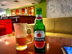 ジュンバタン・メラの橋を渡った先に「Hotel ibis Surabaya Rajawali」があり、ここのBARでビンタンビール小瓶(Rp55,000)で喉を潤すことができました。  クーラーの効いた部屋で冷たいビール、しばし至福の時を過ごします。  宿泊しているホテル近くの店やレストラでもビールを探したけどぜんぜん置いてなくて、結局スラバヤ滞在中に飲んだビールはこの小瓶1本だけ。