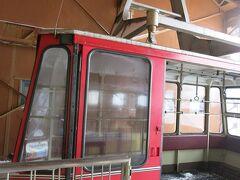 翌朝一番のバスに乗り(と言っても8時だが)、終点の「湯本駅前」から天元台高原ロープウェイに乗り込む。 どこか昭和の香りがするロープウェイだ。  モンベルのカードを提示すると10%割引きが受けられる。  そして・・・周りはスキー客ばかり。登山客は皆無。