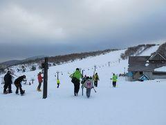 ここのスキー場は圧倒的に家族連れが多い。 近隣の小学校のスキー授業も行われていた。