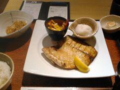 お昼は大戸屋へ。海外なのに。ごはんとみそ汁と魚が食べたかったです。 白身魚でしたが、脂がのってました。みそ汁も、小鉢も、日本風の味でした。でも、日本の味とは違いました。