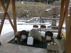 駅舎横にある水汲み場。  水量が少ないので、かなり時間がかかります。