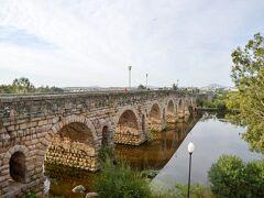 ローマ橋 Puente Romano  1?2世紀のトラヤヌス帝の時代に作られたもの。 メリダは紀元前25年、アウグストゥスによってスペイン征服のために戦った退役軍人の入植地として作られた街で、当時の名は Emerita Augusta でした。  ※古代ローマ遺跡に興味のある方はぜひ下記のサイトもご覧ください! 現存する中で最長―メリダのローマ橋(スペイン) http://roman-ruins.com/merida-roman-bridge/