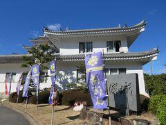 白浜温泉ではお腹も一杯になったので、高速道路で帰阪途中「湯浅城」に寄ってみました・・ 正式には向かいの青木山に1143年湯浅宗重によって築城されたそうですが現存せず、昭和の時代に国民宿舎としてこのお城が建てられたようです。