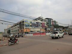 9:05 国境から40分ほどでビエンチャン市内中心部‥タラートサオに到着です。