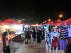 18:50 メコン川沿いの公園ではナイトマーケットが始まりました。
