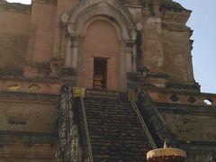 次はワットチェディルアン   大きな仏塔の名前を持つ格式のある寺院 階段は危険なので今は登れません。