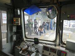 あっという間に上熊本駅に到着。運賃を集金してすぐさま折り返し運転です。