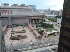 2日目 1月27日(水曜) 朝:曇り寒し 後:晴れ  部屋から見た台北駅です。部屋はホテルの一番奥だったためか、窓は駅に正対していません。駅の地下街が発達しているためか、地上を歩く人はこの後もあまりいませんでした。 **本日のコース ・朝 セブンイレブンで悠遊カード購入(デポジット100圓、料金100圓) ・午前 故宮へ ホテル→MRT淡水真義線 士林下車(料金16圓)→バス ・昼食 鼎泰豊  故宮→MRT淡水真義線 東門下車直ぐ                  受付の後、永康街で入店までの暇つぶし ・午後 中正紀念堂→東門→総督府→228和平公園→ホテル ・夕方 中国茶購入 奇古堂 台北福華大飯店B1F 板南線 忠孝復興下車 ・夜  足つぼマッサージ:足裏40分399元     寧夏夜市(ニンシャー・イエスー)で牡蠣オムレツ ・夜食 コンビニで購入した満漢大餐 麻辣鍋牛肉麺等
