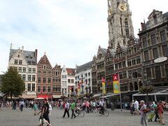 フロウテ・マルクト Grote Markt  表紙の写真に載っているブラボーの像は、アントワープの名前の由来になった伝説。