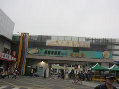 17:00 フェリーに乗って旗津半島へ渡ります。  ここは二輪車の入口なので…