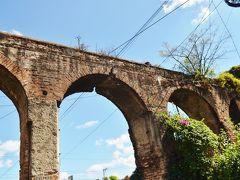 空港の近くにはローマ水道橋のようなものが残っている。これはピヌラ水道橋で、スペインの統治時代に作られたものなのだとか。保存状態も良いので空港から市内へ向かうときに立ち寄ってみてもよい。