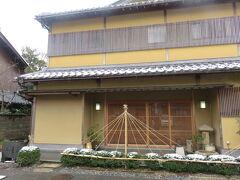 琵琶湖の西岸の海津。マキノ町、 湖岸道路のすぐ脇に建つ。  230年の歴史がある魚治 http://www.uoji.co.jp/about.html 1784年開業  その6代目が京で学んだものを工夫し近江会席を鮒寿し会席とした歴史がある。 今は7代目。  鮒寿司が滋賀の郷土料理だけに留まらず、名声を博し高い位置を確立した。