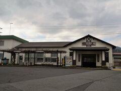 今では無人駅となった宇佐美駅 走っている電車は伊豆急の電車がほとんどですがJR東日本の駅です。 上野東京ラインの普通電車は5〜6本ありますが早朝と夕刻と夜しか走っていません。