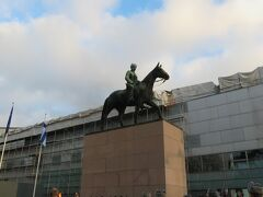 2014/11/30 マンネルヘイム元帥の銅像  カンピからマンネルヘイム通り(Mannerheimintie)に出たら何やら人集りがあったので、ちょっと覗いてみました!! 何かの式典のようだったので、後で調べたら、1939年11月30日にソ連軍がフィンランド侵略に踏み切ったために、マンネルヘイムがフィンランド国軍総司令官に任命され任命され、冬戦争が始まった日でした!!