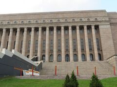 2014/11/30 フィンランド国会議事堂  マンネルヘイム元帥のセレモニーを途中で切り上げて、マンネルヘイム通り(Mannerheimintie)を歩いていたら、左側にフィンランド国会議事堂が見えてきました・・・  1920年代の古典様式で、1926?1931年に建てられました・・・  外壁の建設には、カルボラ御影石が使用されているそうです!!
