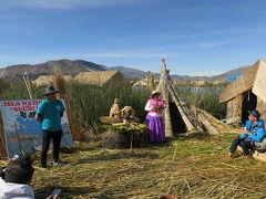 ウロス島に到着後、村長さんから、どうやって草の浮島、トトラの島を作るかの講義。