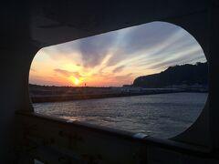早朝6時前に大島岡田港着 冬場は西風が強くメインの元町の着岸は無理 ほとんど、ここ北側入江にある岡田港に着く