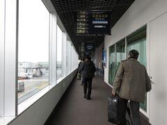 定刻通り出発した飛行機は定刻より数分早く到着しました。 こちら四国はうどん県の高松空港です!