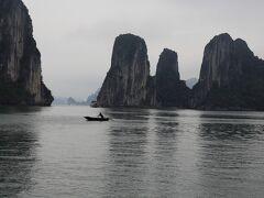 ベトナム旅行の目的であるハロン湾クルーズです。この季節はこんな空なのであまり写真写りはよくないのですが、天気が良ければ、墨絵のような景色になると思います。 ぜひとも季節を選んでいってください。