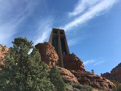 ナビ通り走ったら  ホーリークロス教会に無事到着。  ここから上に行くのに崖を登るのかしら? と 登りかけたら管理人さんのような方に怒られた。 車で上がれと(スミマセン)