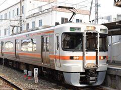豊橋で新幹線を下車して、名鉄に乗り換えます。 名鉄ですが、駅はJRと供用なので、飯田線の313系をパチリ。  前パン、幌付のちょっとスマートじゃない外観がローカル線用らしくて、カッコいいですね。