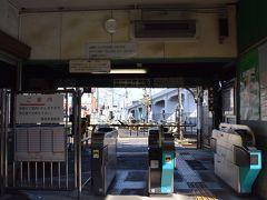 ホームに人がいない西批杷島駅ですが、駅舎に入ると理由が分かります。  構内踏切が閉じているんです。