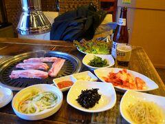 15:40 今日は一人なので昼間からおビールを頂戴します。韓国料理屋に行くと毎回お通しが沢山出ますが、酒飲み的には全部酒の肴が並んでいるようで天国。メインはサムギョプサル、意味は三枚肉、跳躍だと三段肉。三段腹の私と同じ、まぁいわば共食いですね。 サムギョプサルを一人前注文したら「すいません、最低2人前からの注文でスムニダ」。一瞬私の体型でそれ言ってるの?と思いましたが、どうも違う様子。マジかよ本気かよ。