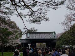 いよいよ終点の乾門です。 出口は乾門とこの手前に皇居東御苑に抜ける出口と二つあります。 でも乾門から出ても出て左に行くと皇居東御苑に行けますよ。