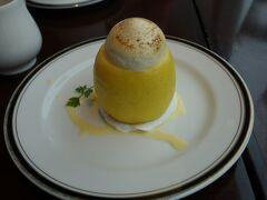 疲れたのでオアゾの丸善カフェで一休み このレモンのスイーツはさっぱり系で美味しい。