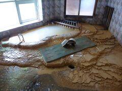 まず、入浴。今回是非入って見たかった温泉です。 見事な析出物。