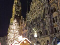 駅をあがるとマリエンプラッツ、クリスマスマーケットでした。  写真はミュンヘンの新市庁舎です。 スマートフォンの画像です。夜景でも綺麗に撮れるようになりました。