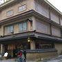 ●三条誉田屋 素夢子古茶屋@三条通  文椿ビルヂングの近くにある風格漂う建物。 調べてみると、お茶屋さんのようです。 高麗人参茶や柚子茶など、韓国系のお茶屋さんのようです。 メニューを見ていると、まるでソウルの仁寺洞にいてるみたいでした。