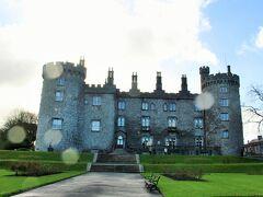 目指すはKilkenny Castle。 晴れてたのに、強風と雨。 傘は役にたたん!