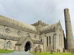 絶対見学しようとしていたSt.Canice's Cathedralに来ましたよー。 大聖堂とラウンドタワーのコンビチケットを購入し、荷物を預けまずはタワーへ。 このタワーは、849年に建てられたもので隣の大聖堂より歴史が古い。