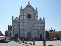 フィレンツェの中心地は大型バスが入れないため、アルノ川の近くでバスを降り歩いて観光します。  こちらは「サンタ・クローチェ聖堂」