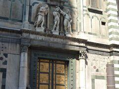 ドゥオーモの向かい側に建つ「サン・ジョヴァンニ洗礼堂」 扉の彫刻が繊細。