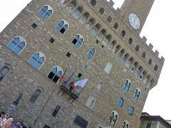 広場の周りには、現在フィレンツェ市庁舎として使われている「ヴェッキオ宮殿」が建っています。