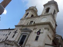 階段を上りきったところには「トリニタ・ディ・モンティ教会」