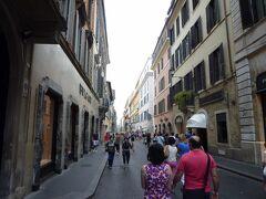 スペイン広場の真正面から続く「コンドッティ通り」 ローマ屈指のブランドストリートになっています。 以前ローマに来た時、ジプシーっぽい親子に追いかけられて怖い思いをした事を思い出しました。。
