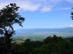 神仙沼へ向かう前に近くの展望台へ寄ってみると、日本海と共和町、そして話題の泊原発が一望のもとだった。 神仙沼自然休養林展望台という名称だが、神仙沼とは関係ない。