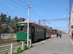 浜寺駅前。ここでいったん下車しトイレ休憩約20分。  駅には先着の普通列車が停車しているため、我々の列車は手前で停車し、直接道路に降りました。