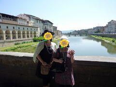 ヴァザーリの回廊は、ウフィツィ美術館からポンテ・ヴェッキオを渡り、ピッティ宮まで続く回廊です。(写真左上の白いアーチ状になった部分がそれ) フィレンツェを支配していたメディチ家のコジモ1世が、当時行政の事務所であったウフィツィ美術館からピッティ宮(自宅)まで移動するのに使われていた秘密の通路だそうです。