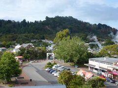 12月28日 オークランドから更に南下して、ロトルア(Rotorua)に来ました。宿泊したホテル(Holiday Inn Rotorua)の部屋から見た地熱活動が活発な個所です。ここには観光客相手のマオリ村(Whakarewarewa, The Living Maori Village)があります。